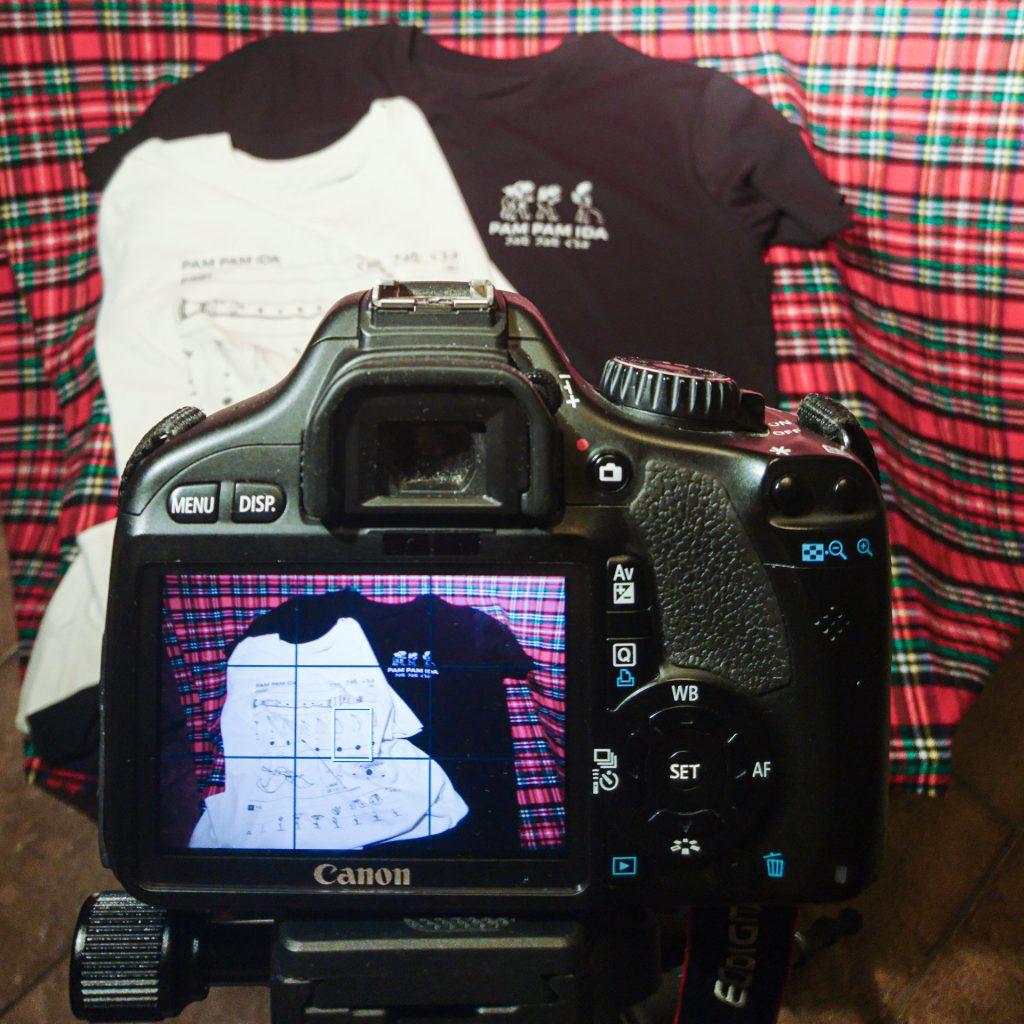 Diletantischer Produkt-Fotoshoot für die neuen Shirts im Pam Pam Ida Shop